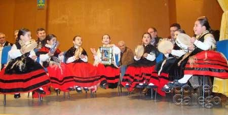 A Agrupación Infantil Loaira amenizou o arrancaron os aplausos do público cunha fermosa actuación con pandeiretas, cantos e aturuxos
