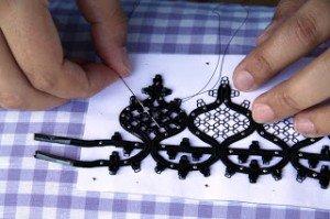 Proceso lento que hai que realizar de forma coidadosa, para non deformar o debuxo ao coserlle o cortadillo.